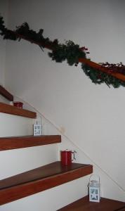 versierde trap met lantaarntjes en kerstgroen